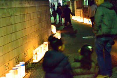 夜灯(よとぼし)の路地に飾られた手作りの灯篭の画像