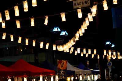 夜灯(よとぼし)の京成稲毛駅の隣の広場のお祭り会場の画像