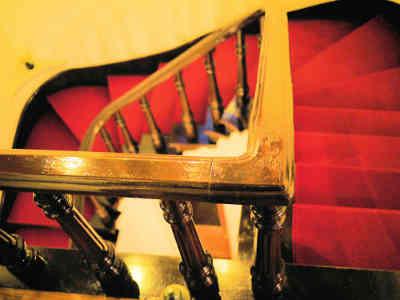 旧神谷伝兵衛稲毛別荘の重厚な階段の画像