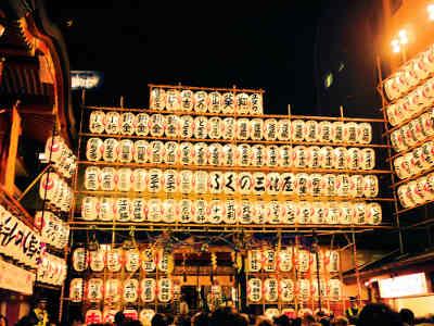 浅草・鷲(おおとり)神社の酉の市の境内の提灯の画像