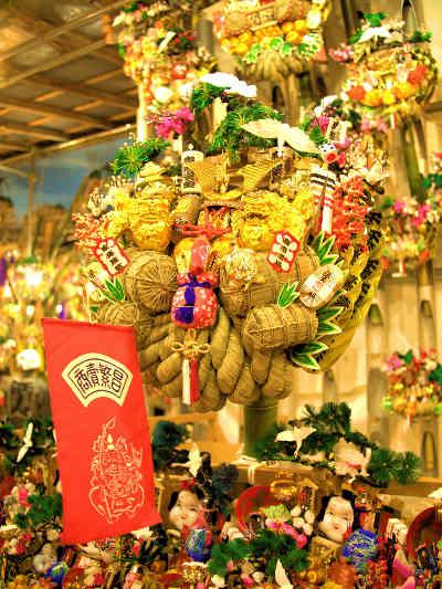 浅草・鷲(おおとり)神社の酉の市の縁起物いっぱいの画像