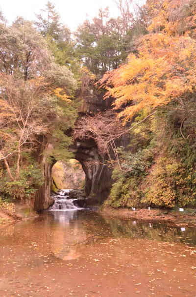 沢におりてみた紅葉の濃溝の滝の画像