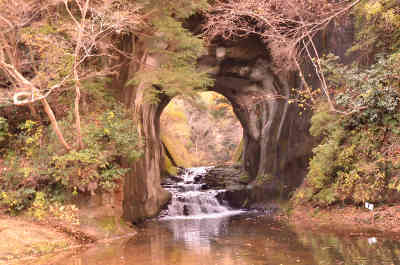 沢からみた紅葉の濃溝の滝の画像_1