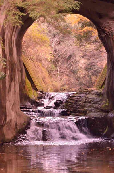 沢からみた紅葉の濃溝の滝の画像_2