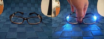 光るメガネ