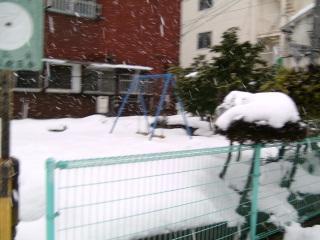 雪とブランコ