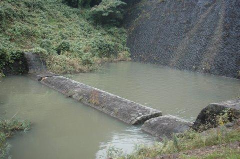 堰堤の下 プール