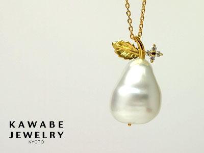 K18YG南洋白蝶真珠ペンダントトップ(大粒バロックに小さな花の輝きを添えて)