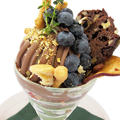 マクロビケーキとチョコ豆腐クリームのブルーベリーパフェ