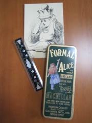 筆箱と定規と絵葉書