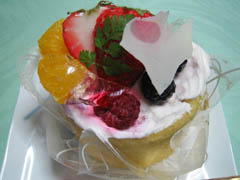 果物がたくさん載ったケーキ