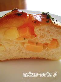 チーズ入りのパン-断面.jpg