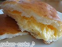 クリームパン-断面.jpg