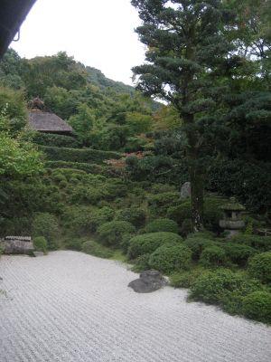 枯山水の庭から臨む芭蕉庵