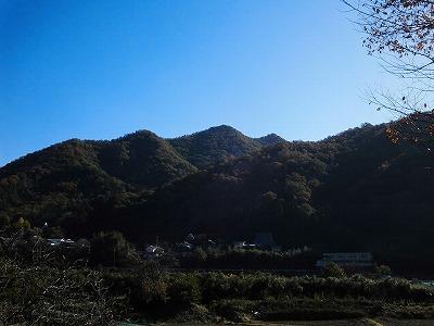 清水から見た愛宕山(頂は右から2つ目のピーク)
