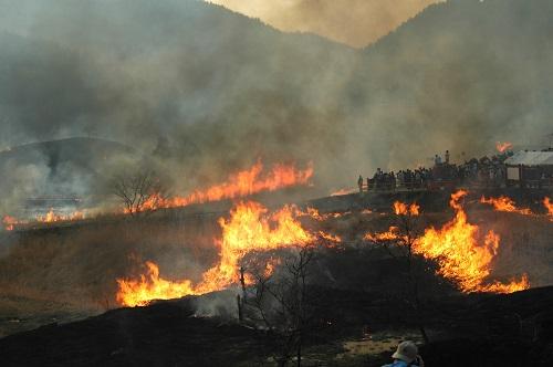 砥峰高原山焼きが山火事のニュース