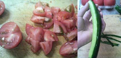 トマトを刻み・きゅうりの皮を剥く