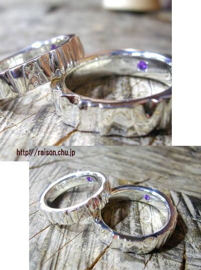 銀の質感を堪能できるデザインで、縦のテクスチャーが独特。