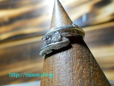 フェザーの交差する婚約指輪。