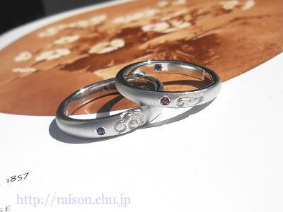 プラチナ、結婚指輪。ルビーとサファイア。