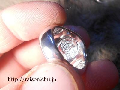 指輪の内側、フェザーの浮き彫り。