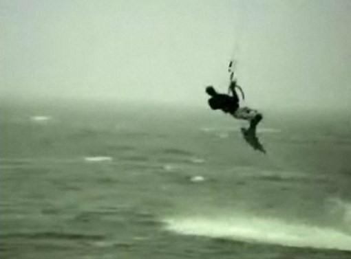 【衝撃映像】カイトサーフィンを楽しむはずが・・・。