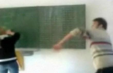 黒板を使って先生をK.O〜これはヒドイ!!