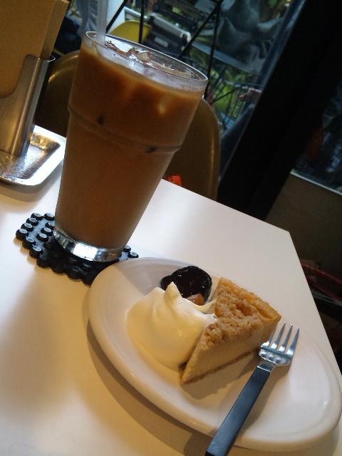 チーズケーキとカフェラテ。