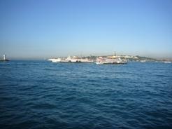 海峡には大型船がたくさん行き交う