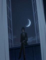 窓辺に優雅に腰掛ける黒執事