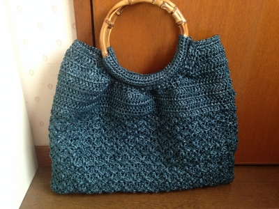 【かぎ針で編む夏のおでかけこもの】よりバンブーハンドルのバッグ