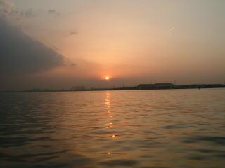 散骨の帰り、海に沈む夕陽