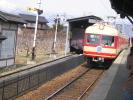 長野電鉄、現在の特急がホームへ
