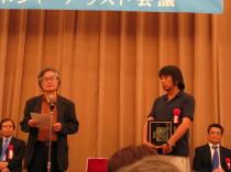 左が選考委員の清田義昭さん、右が森達也さん