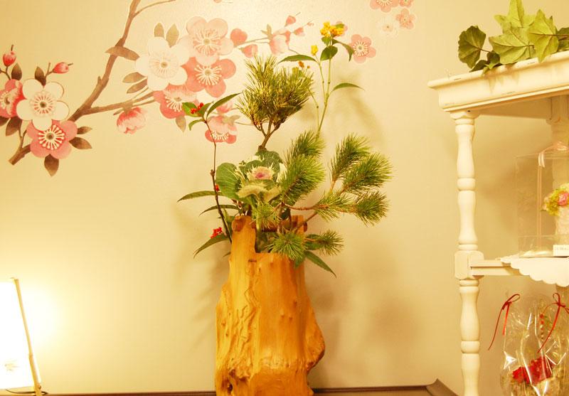 蛇の目松、根引き松、千両(赤い実、橙色の実)、葉牡丹
