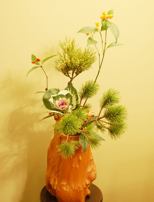 蛇の目松、根引き松、千両(赤色、橙色の実)、葉牡丹