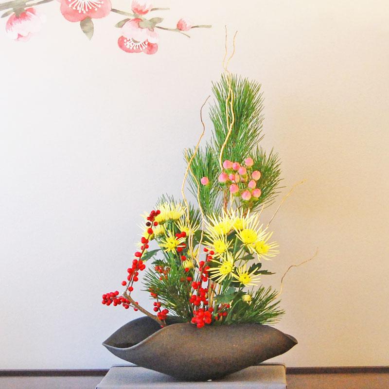 松、ウメモドキ、ヒペリカム、菊