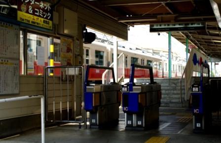 月見山駅改札