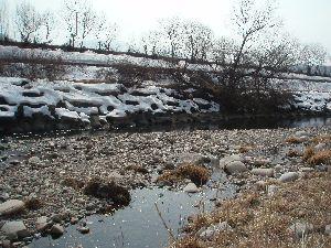 雪の残る千曲川