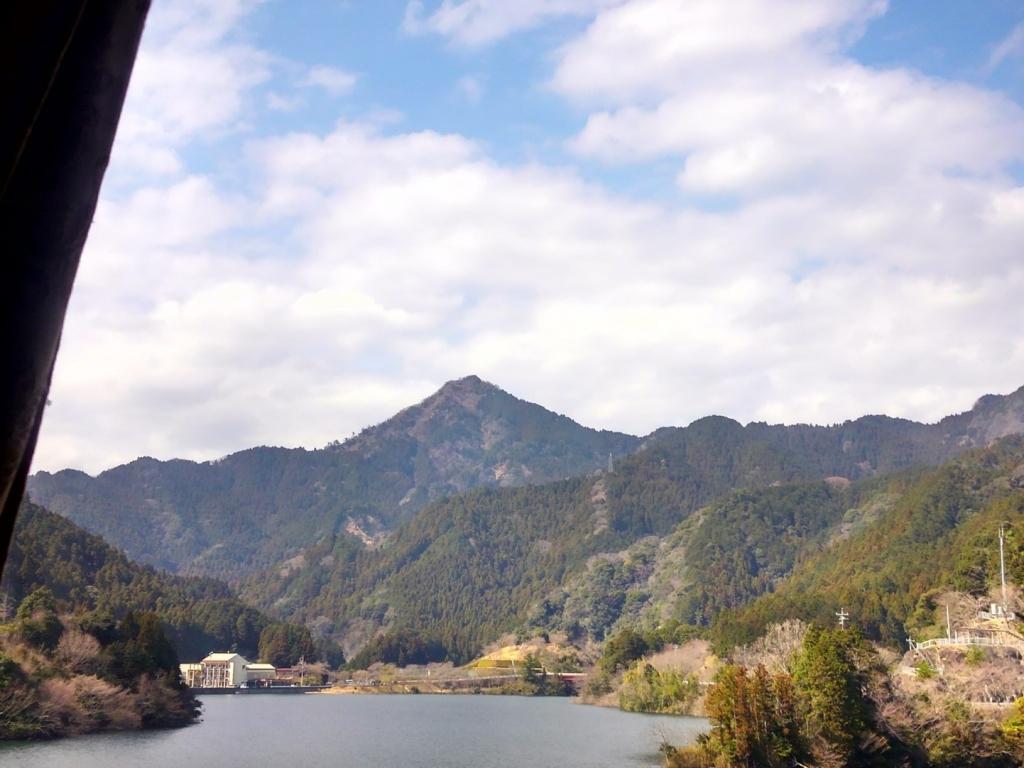 錫杖湖から山頂を望む