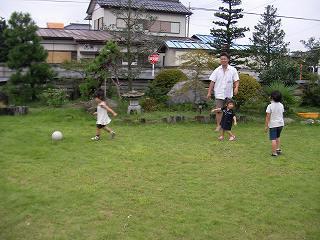 庭でボールで遊ぶ