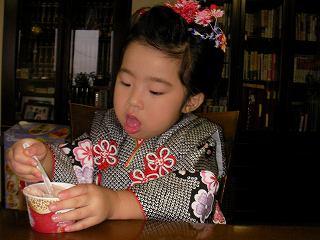 アイスを食べる娘