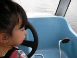 ボートを運転する二葉