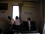 ソファを遊ぶ従姉妹