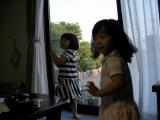 窓際の姉妹