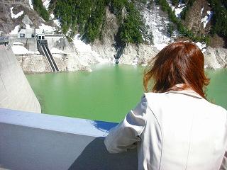 黒部ダムを見下ろす
