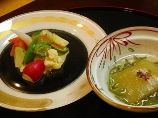 前菜と冷やし鉢〜春野菜白胡麻味噌風味 冬瓜の雲丹包みじゅんさい添え
