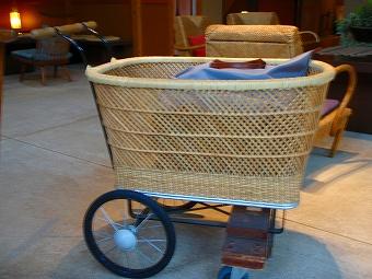 荷物を運ぶ乳母車