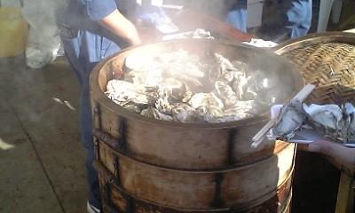 蒸かし牡蠣とか焼き牡蠣の屋台がいっぱい