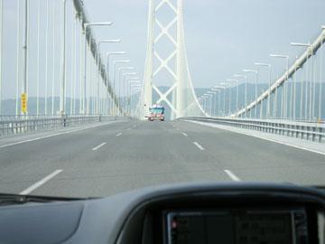 高速道路をひた走る(明石海峡大橋)